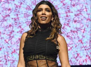 Anitta hizo arder la alfombra roja de los Latin AMA's con sexys transparencias