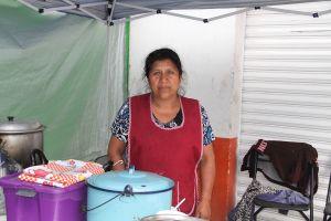 Antonia García vende barbacoa para solventar los gastos del cáncer de su hijo.