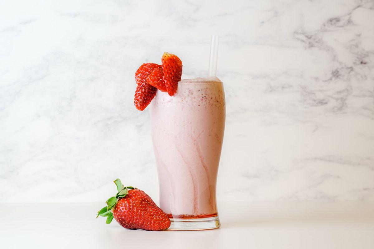 """Cómo un mero """"batido de fresa"""" puede convertirse en una súper bebida con proteína, omega-3 y antioxidantes"""