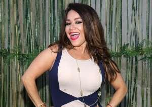 Carolina Sandoval provoca alboroto al aparecer 'topless' recostada en la playa