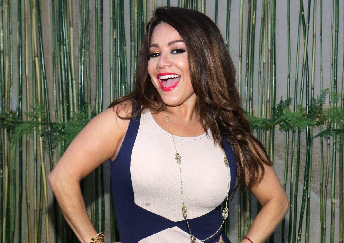 ¡OMG! Carolina Sandoval lo vuelve a hacer aparece en toalla durante transmisión 'En Vivo'