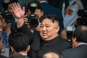 Kim Jong-un reaparece en público para visitar zona afectada por tifón Maysak