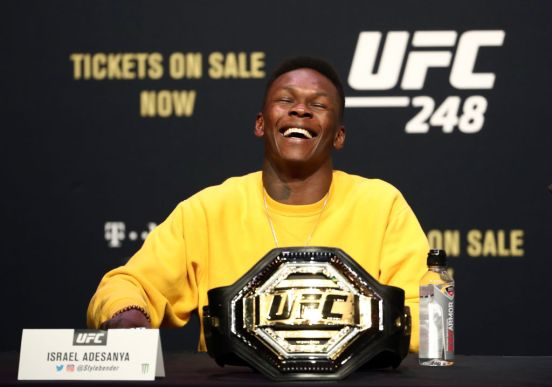 Israel Adesanya, campeón peso medio de UFC.