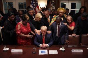 Trump se burla de sus seguidores religiosos
