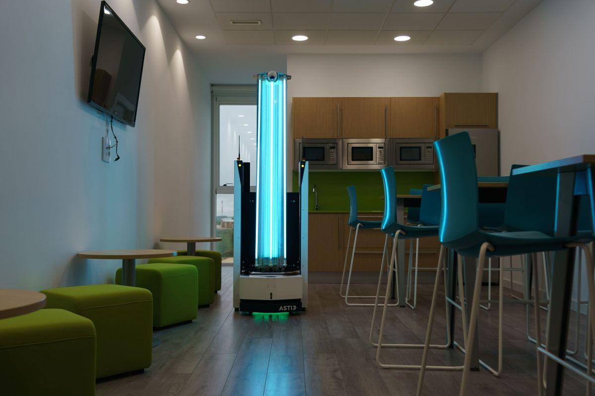 Un robot desinfecta un espacio vacío con luz ultravioleta en España.