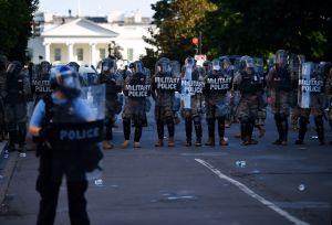 ICE usó un vuelo con migrantes para enviar agentes especiales a protestas; las consecuencias fueron graves