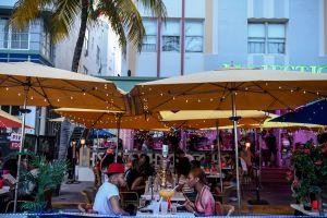 Los bares y restaurantes del sur de Florida se llenan de gente después de que el gobernador quitara las restricciones