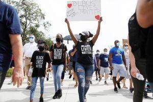 """Critican proyecto de ley que busca blindar a la policía de Florida y reprimir las """"protestas violentas"""""""