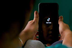 """Trump cerrará """"por seguridad"""" aplicaciones chinas TikTok y WeChat desde este domingo"""