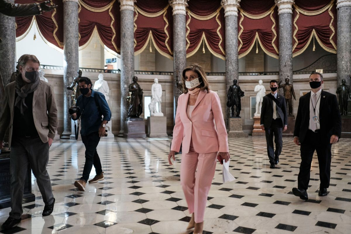 Nancy Pelosi (al centro), portavoz de la mayoría en la Cámara de Representantes, es pieza clave en la discusión para la aprobación de un nuevo paquete de estímulo.