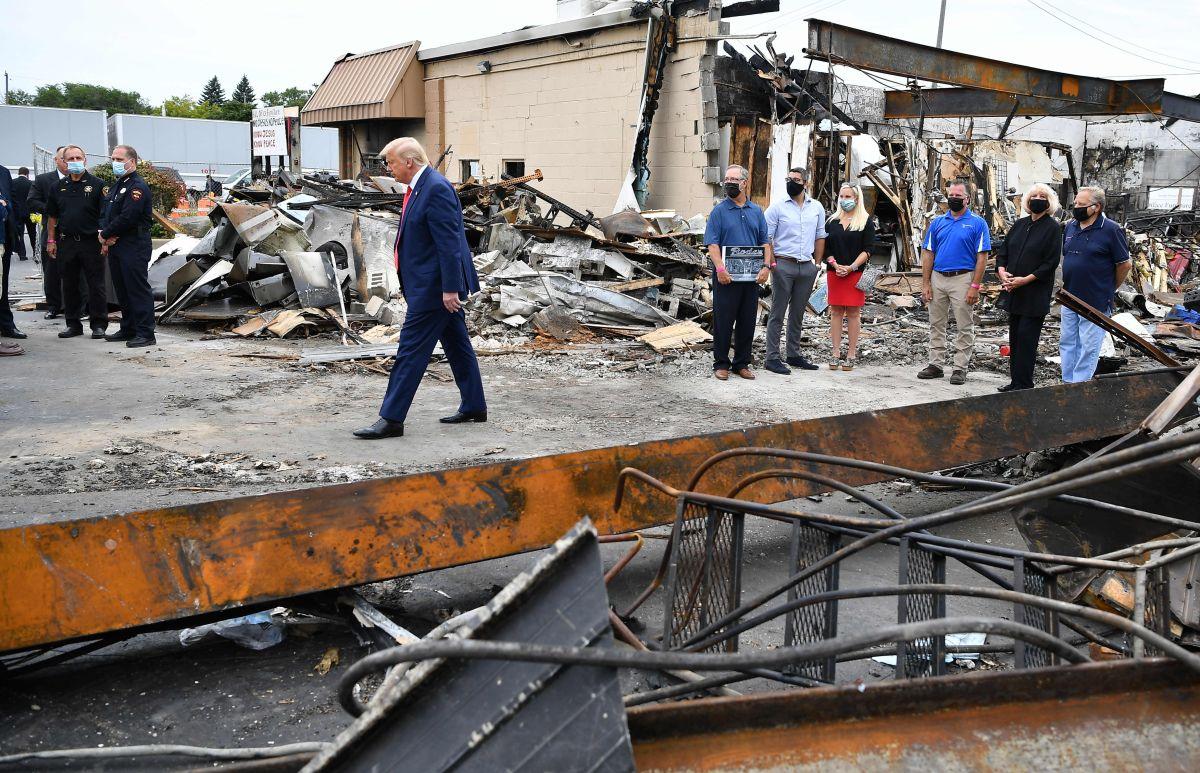 Trump recorre una zona afectada por las protestas contra la violencia policial en Kenosha.