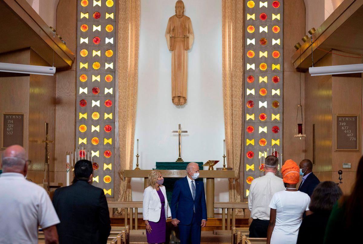 Biden y su esposa se reunieron con vecinos de Kenosha en una iglesia.