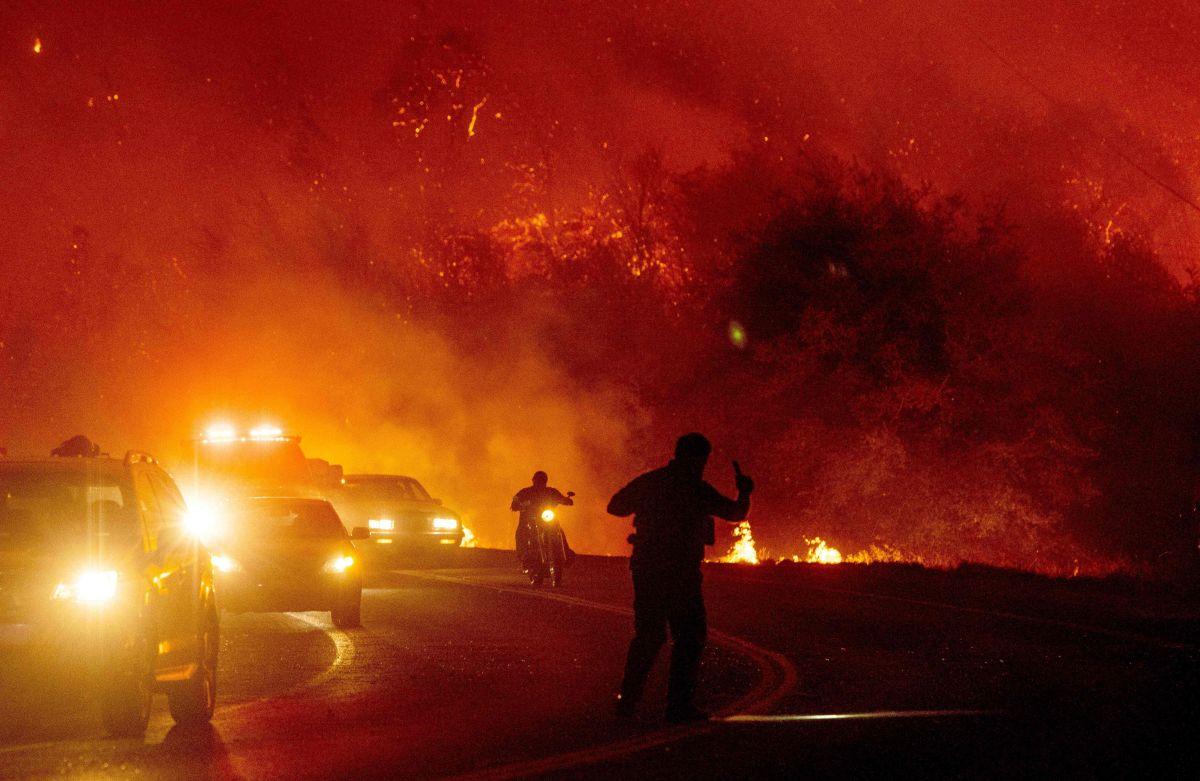 Incendios inesperados en el noroeste arrasan cientos de casas y destruyen pueblos