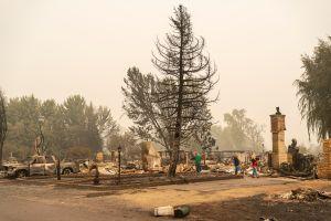 Suben a 33 las muertes por incendios en la costa oeste. Docenas de personas continúan desaparecidas