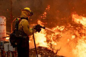 Vientos impulsan rápidamente el crecimiento del Silverado Fire en Orange County y genera evacuaciones