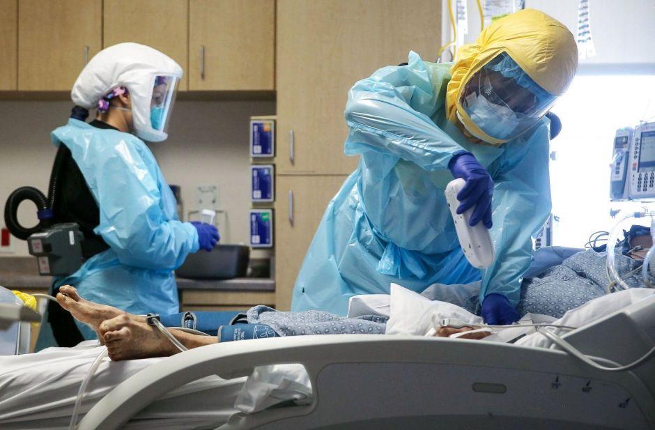 El área de Houston mantiene en nivel rojo la amenaza de COVID-19 a pesar de que han bajado la tasa de infección y hospitalizaciones