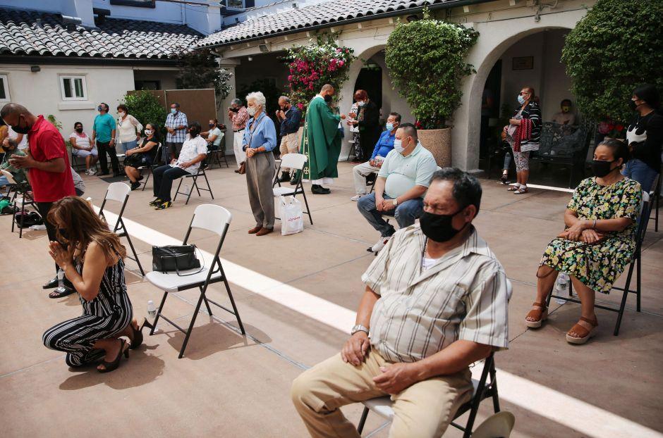 """Latinos mayores de 65 años pierden """"ventaja de mortalidad"""" por el coronavirus"""