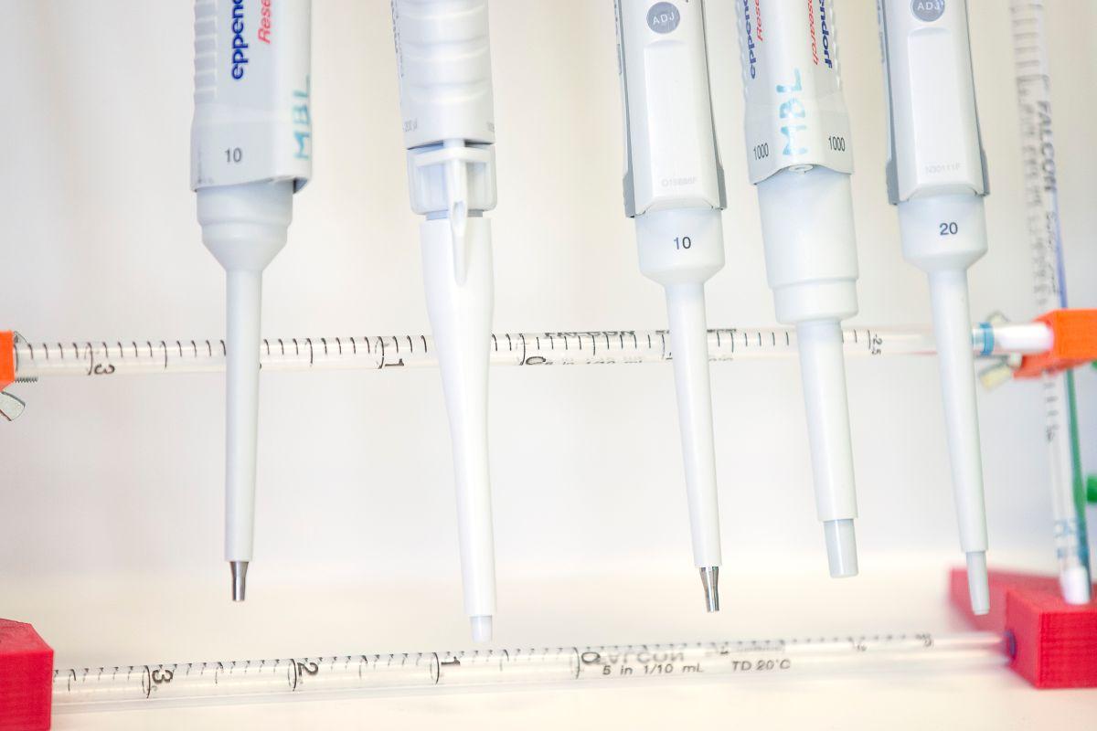 """Detienen ensayos de vacuna de Johnson & Johnson por """"enfermedad inexplicable"""" en un voluntario"""