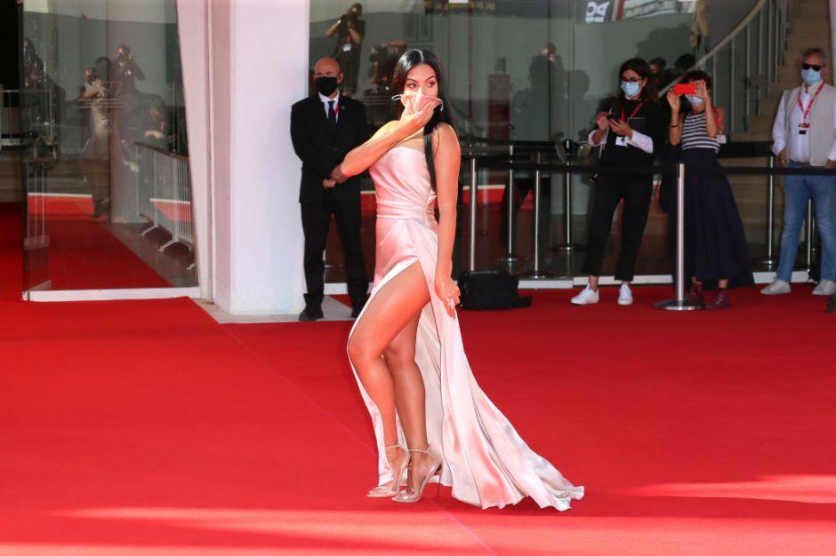 Georgina Rodríguez desfiló con cubrebocas por un momento.