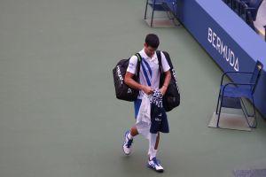 VIDEO: Novak Djokovic es descalificado del US Open tras darle un pelotazo en la garganta a una juez