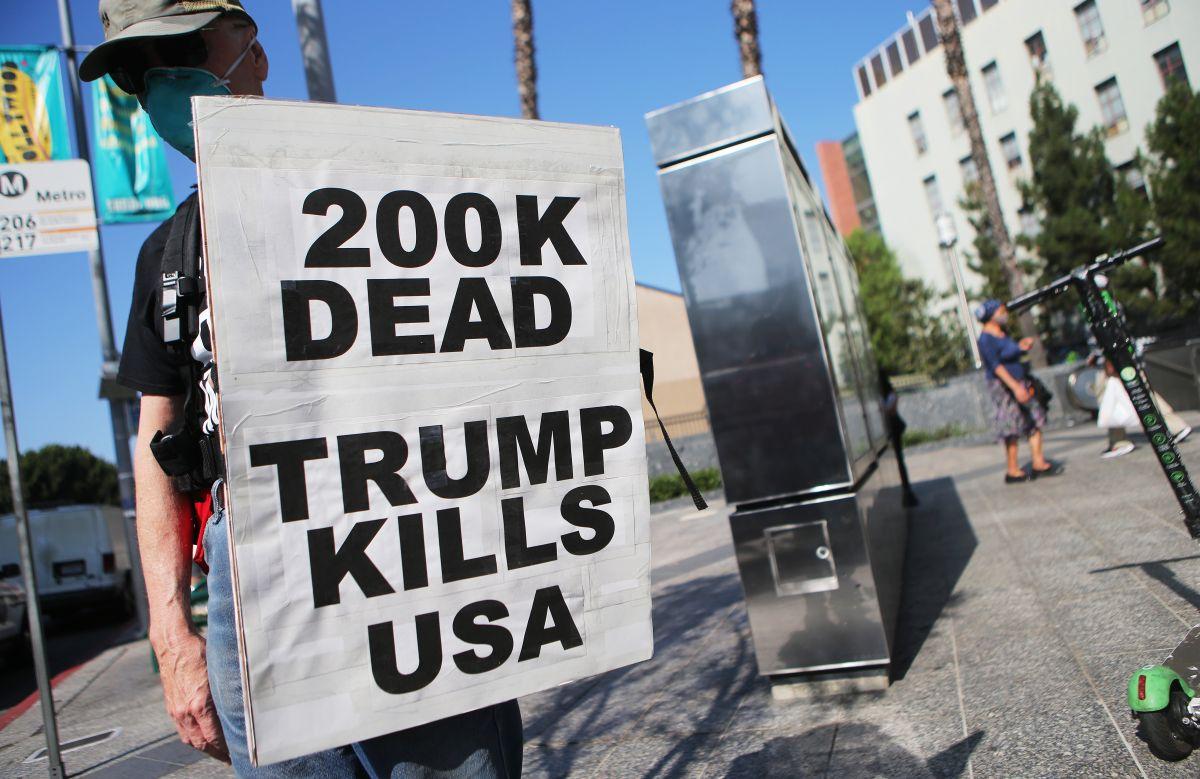 Manifestantes protestan en Los Ángeles por el manejo de la pandemia por parte del gobierno.