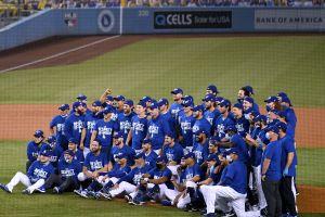 Los Dodgers ganan su división por octavo año consecutivo y celebran con una copa de champaña