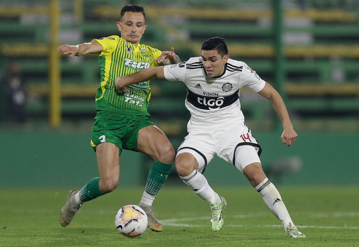 Marcelo Benitez y Hugo Fernández disputando un balón.