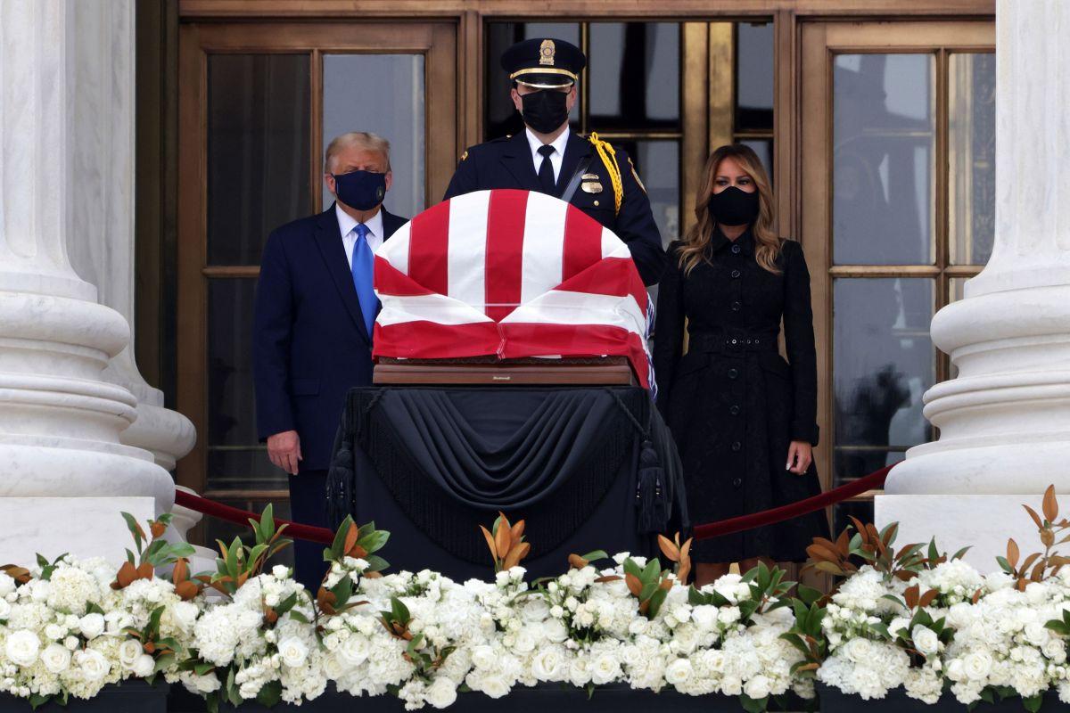 La pareja presidencial acudió a rendir honores frente al cuerpo de la jueza Ruth Bader Ginsburg.