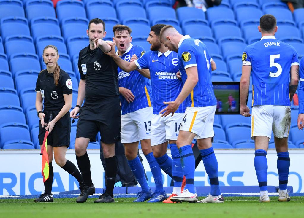 Jugadores de Brighton sorprendidos por que el árbitro Chris Kavanagh marcó el penal.