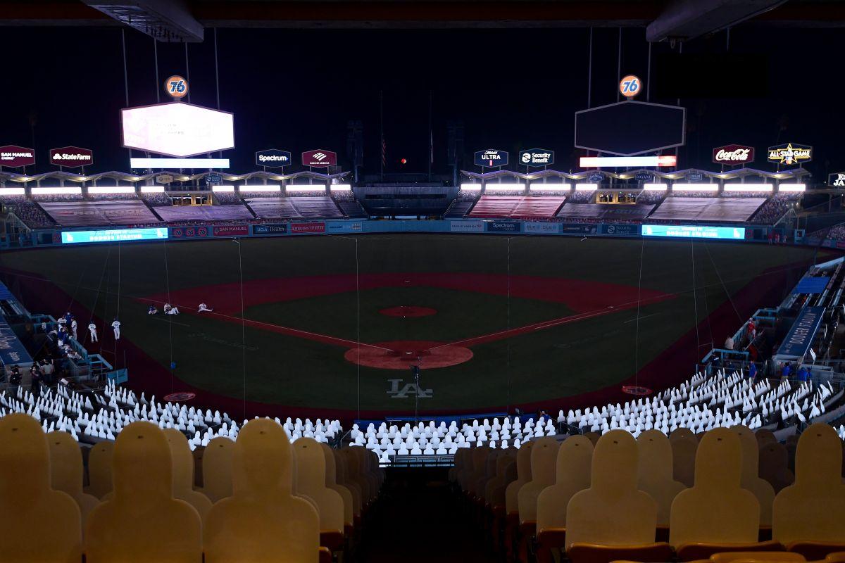 Dodger Stadium a oscuras en pleno juego.