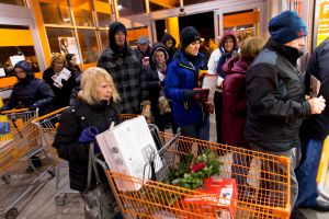 Home Depot, Target, Starbucks flexibilizaron su política en cuanto a uso de mascarilla cubreboca: algunos consumidores, enojados