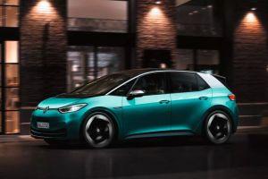 Elon Musk prueba un auto eléctrico de la competencia, el Volkswagen ID.3 en su visita a Alemania