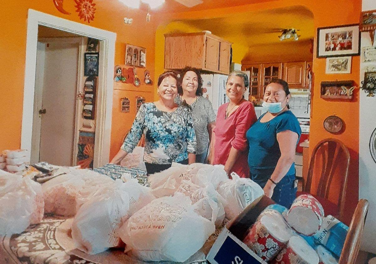 Diaz y un grupo de voluntarias empacando las bolsas de comida. (Suministrada)