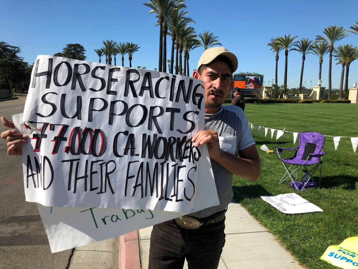 Trabajadores del Hipódromo Santa Anita piden que no terminen las carreras de caballos. (Cortesía Óscar de la Torre)