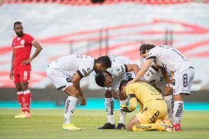 Portero del Querétaro se desmayó tras recibir fuerte golpe en la cabeza