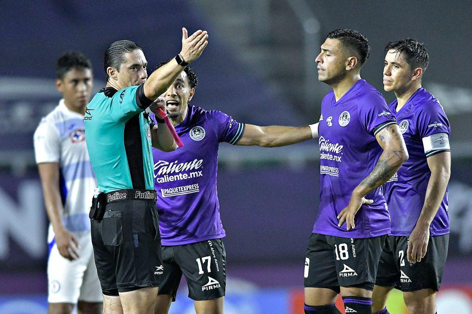 Revelan vergonzoza conversación entre los árbitros tras el polémico gol de Cruz Azul que no debió contar