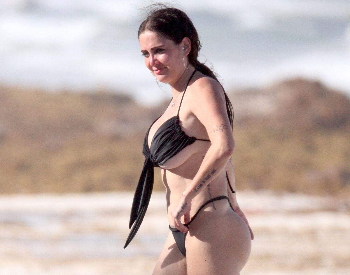 Celia Lora aparece muy candente sin sostén, junto a su sexy tatuadora