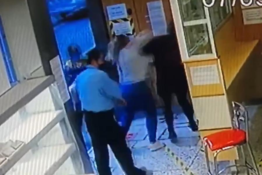 VIDEO: #LadyAgresividad Mujer agrede y golpea a otra por meterse a la fila