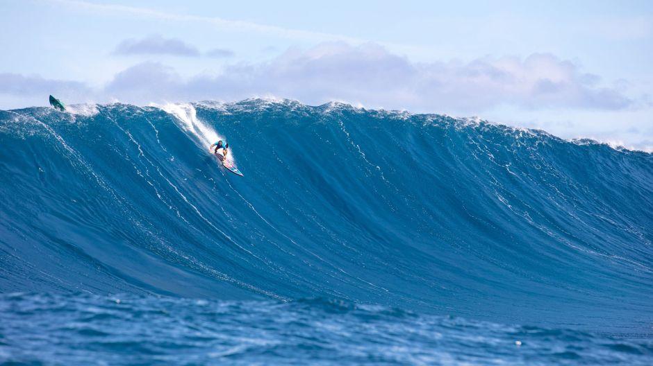 VIDEO: Brasileña rompe el récord por surfear en ola gigante