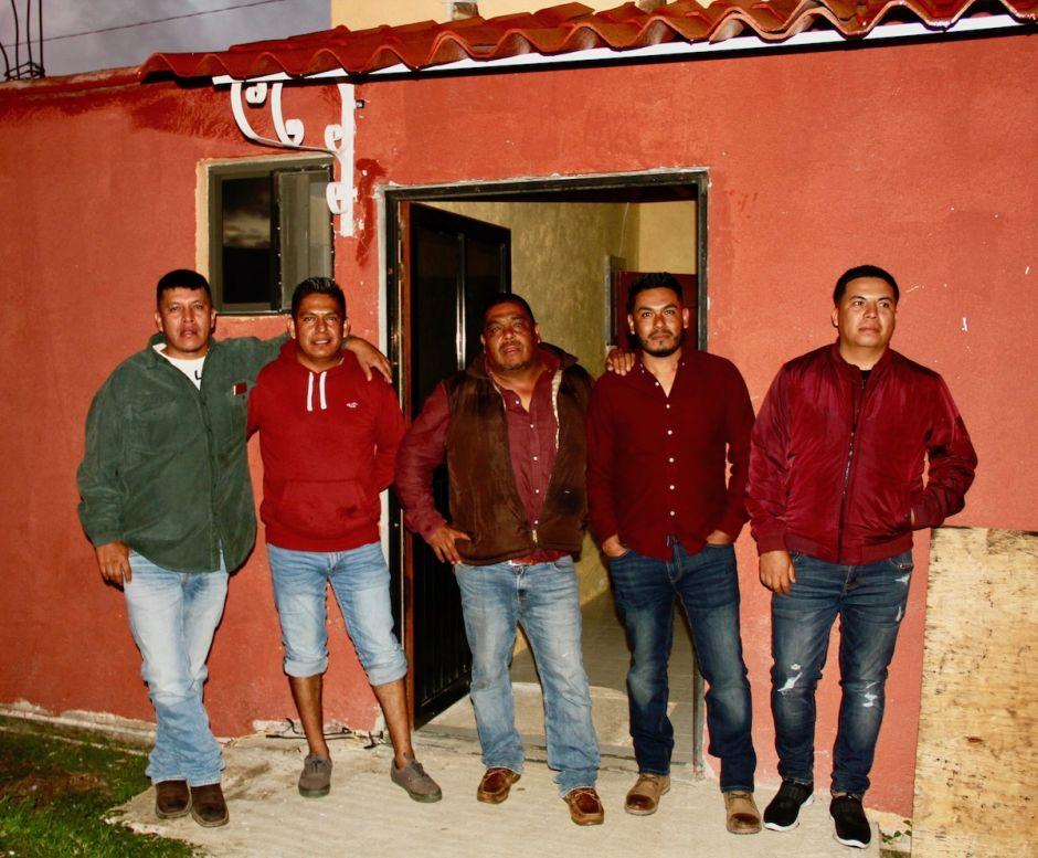 Miuler Gutiérrez (pantalón corto) y otros trabajadores del aire acondicionado de visita en Bella Vista de Río.