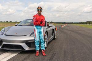 Una niña de 16 años marca el récord Guinness de velocidad de vehículo haciendo slalom con un Porsche 718 Spyder