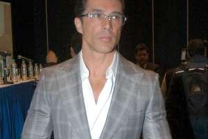 Sergio Mayer presume Doctorado Honoris Causa, pero le llueven fuertes críticas