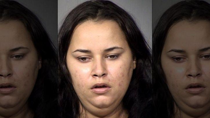 Arrestan a madre drogada por niña muerta de calor en un auto en Arizona
