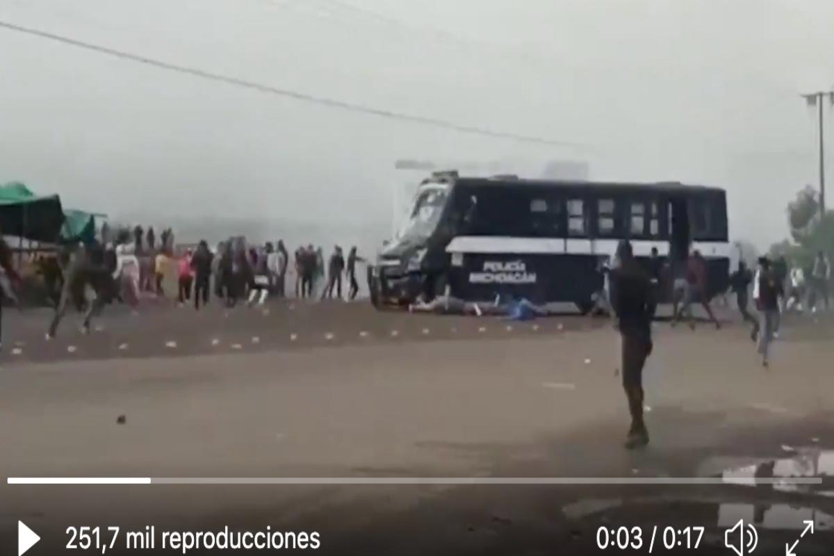 VIDEO: Brutalidad policiaca, atropellan con camión a estudiantes que protestaban