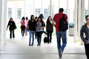 Ir a la universidad es cada vez más difícil para los latinos