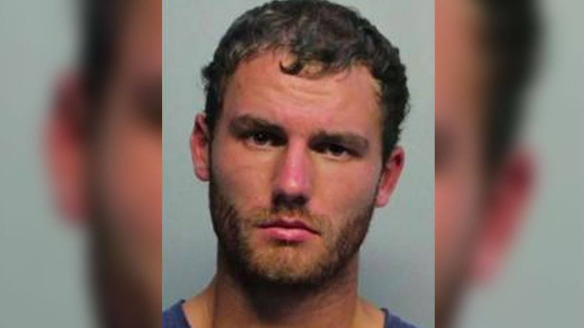 Simon Simon de 24 años fue arrestado tras mostrar su pene y masturbarse frente a una compañera de la Universidad de Barry, en Miami.