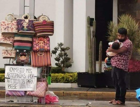 Conmovedor: Artesanos ofrecen su mercancía por comida para su bebé; la ayuda se desborda