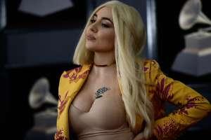 Ava Max posa en ajustado enterizo nude, y luce como si no trajera nada