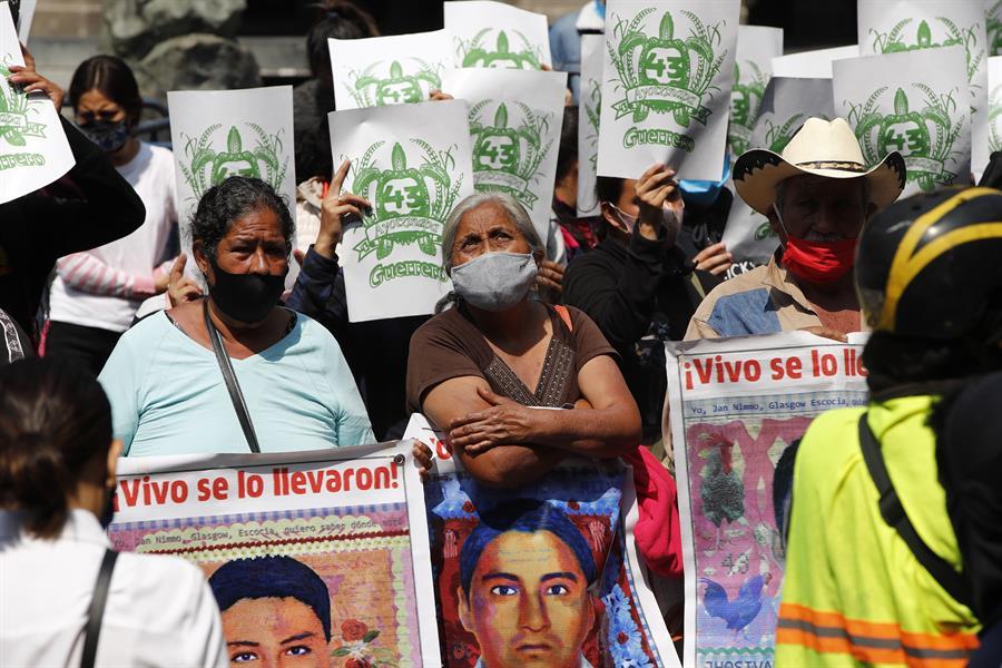 Padres de los 43 de Ayotzinapa realizan protestas a seis años de la desaparición de estudiantes