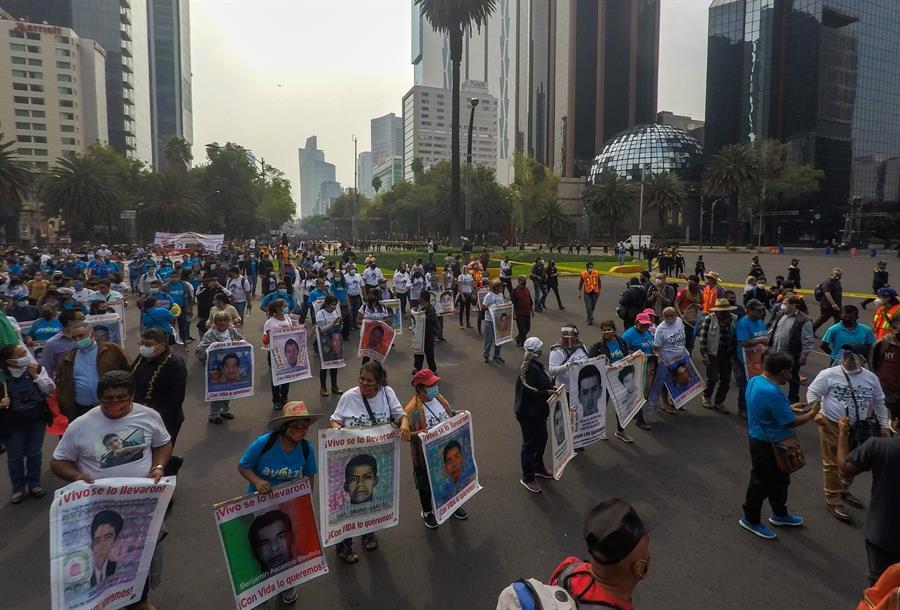 Familiares de los 43 de Ayotzinapa exigen justicia.